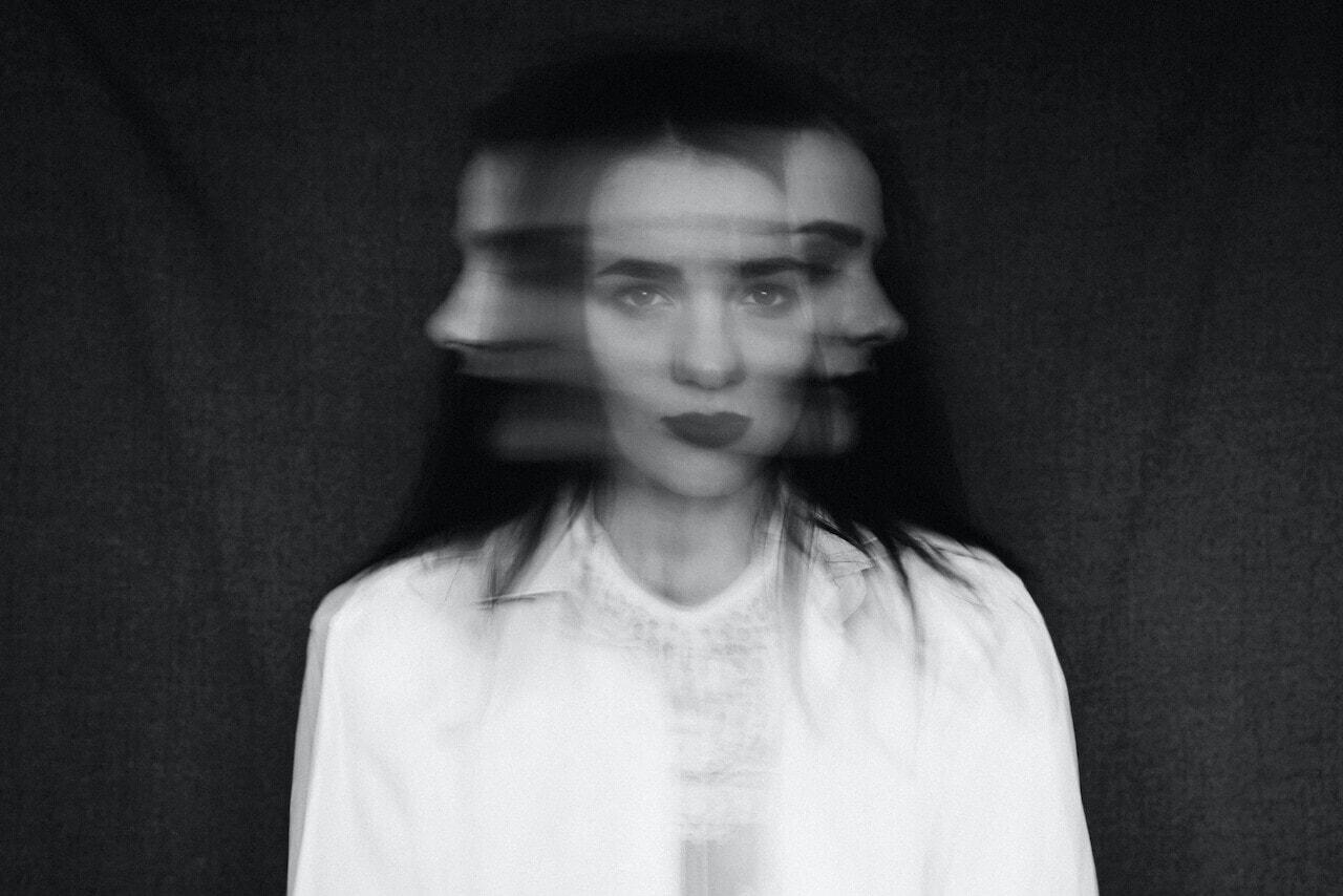 Mulher com rosto distorcido e dividido